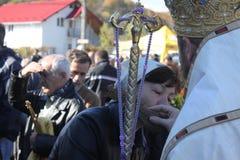 Cruz de la mano de la mujer que se besa del sacerdote Fotografía de archivo libre de regalías