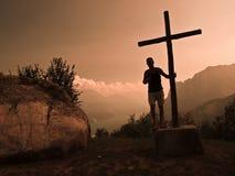 Cruz de la montaña imagen de archivo