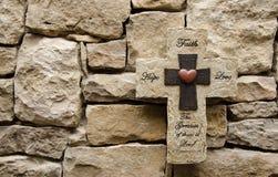 Cruz de la piedra del amor de la fe de la esperanza Imagen de archivo libre de regalías