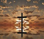 Cruz de la puesta del sol o de la salida del sol Imagen de archivo