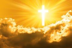 Cruz de la religión y cielo de oro Imagenes de archivo