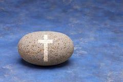 Cruz de la roca de la religión Foto de archivo libre de regalías