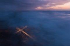 Cruz de la tormenta de la niebla Foto de archivo libre de regalías