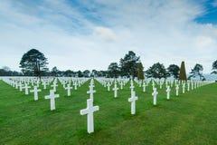 Cruz de mármol blanca en cementerio americano en Normandía Foto de archivo