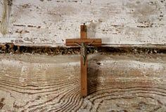 cruz de madeira com uma estatueta de Jesus imagem de stock royalty free
