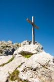 Cruz de madeira da cimeira nos cumes Imagens de Stock