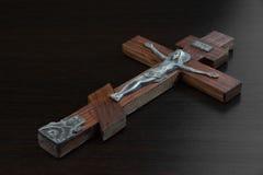 Cruz de madeira de Jesus Christ Figurine Crusified On em Backgro preto imagem de stock royalty free