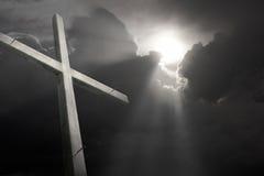 A cruz de madeira desvaneceu-se againt que quebra o Sexta-feira Santa de simbolização da tempestade Foto de Stock