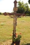 Cruz de madeira do Wayside com a figura de Cristo crucificado foto de stock royalty free