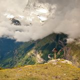 Cruz de madeira em um pico de montanha no cume Cruz sobre uma cimeira das montanhas como típica nos cumes Foto de Stock Royalty Free