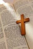 Cruz de madeira em uma Bíblia velha fotos de stock