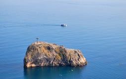Cruz de madeira na rocha Imagem de Stock Royalty Free