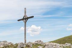 Cruz de madeira nos cumes em Áustria Foto de Stock