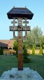 Cruz de madeira ornamentado em terras da igreja de Bucareste, Romênia Imagens de Stock Royalty Free