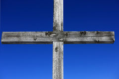 Cruz de madeira resistida Imagens de Stock Royalty Free