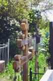 Cruz de madeira velha bonita no cemitério velho, Rússia imagens de stock