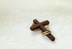 Cruz de madeira velha com dois anéis dourados fotografia de stock royalty free