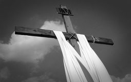 Cruz de madera blanco y negro Fotografía de archivo libre de regalías