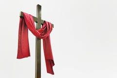 Cruz de madera con el paño rojo Imágenes de archivo libres de regalías