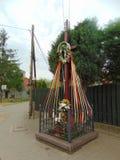 Cruz de madera con las cintas del anuncio de las flores Foto de archivo libre de regalías