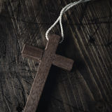 Cruz de madera con un cordón Fotografía de archivo