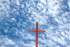 Cruz de madera contra fondo azul de cielo nublado Fotos de archivo