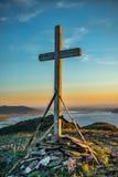 Cruz de madera cristiana en la colina Foto de archivo