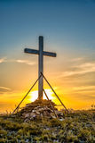 Cruz de madera cristiana en la colina Imagenes de archivo