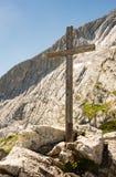 Cruz de madera de la cumbre en las montañas Imágenes de archivo libres de regalías