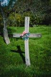 Cruz de madera en jardín Imagenes de archivo