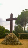 Cruz de madera en la base de piedra Fotografía de archivo libre de regalías