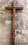Cruz de madera en la pared Imágenes de archivo libres de regalías