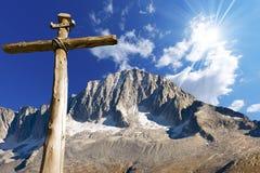 Cruz de madera - montañas italianas Imagen de archivo
