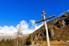 Cruz de madera - montañas italianas Fotos de archivo