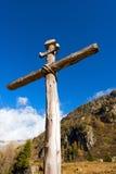 Cruz de madera - montañas italianas Imagenes de archivo