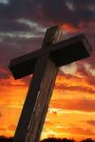 Cruz de madera rústica contra puesta del sol Foto de archivo