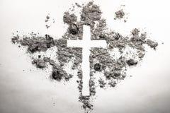 Cruz de miércoles de ceniza, crucifijo hecho de la ceniza, polvo como rel cristiano Imagen de archivo libre de regalías