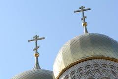 Cruz de oro de la cúpula y del cristiano en iglesia Foto de archivo