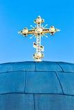 Cruz de oro en iglesia sobre el cielo azul Kiev, Ucrania Foto de archivo libre de regalías