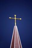 Cruz de oro y cielo azul Fotos de archivo