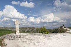A cruz de pedra na frente da igreja da suposição fotos de stock