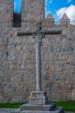 Cruz de pedra na frente das paredes de Avila Imagens de Stock Royalty Free