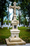 Cruz de pedra na igreja de madeira velha na vila Corbu moldova Imagem de Stock