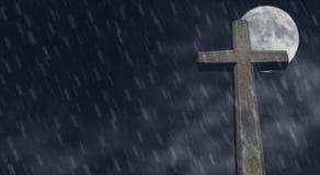 Cruz de pedra na noite Imagens de Stock Royalty Free