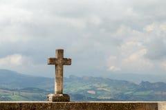 Cruz de pedra na parede San Marino Foto de Stock Royalty Free