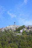 Cruz de pedra na parte superior do monte Imagem de Stock