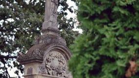 Cruz de pedra no cemitério velho Cemitério gótico escuro Nuvens sobre um cemitério abandonado Sepulturas velhas durante as primei filme