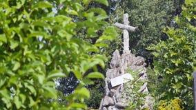 Cruz de pedra no cemitério velho Cemitério gótico escuro Nuvens sobre um cemitério abandonado Sepulturas velhas durante as primei video estoque