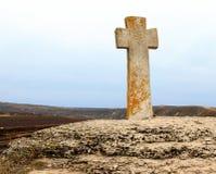 Cruz de pedra perto da igreja imagens de stock