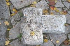 Cruz de pedra rachada antiga Foto de Stock
